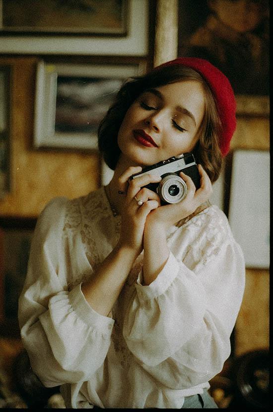 sesja analogowa dziewczyna trzymająca analogowy aparat