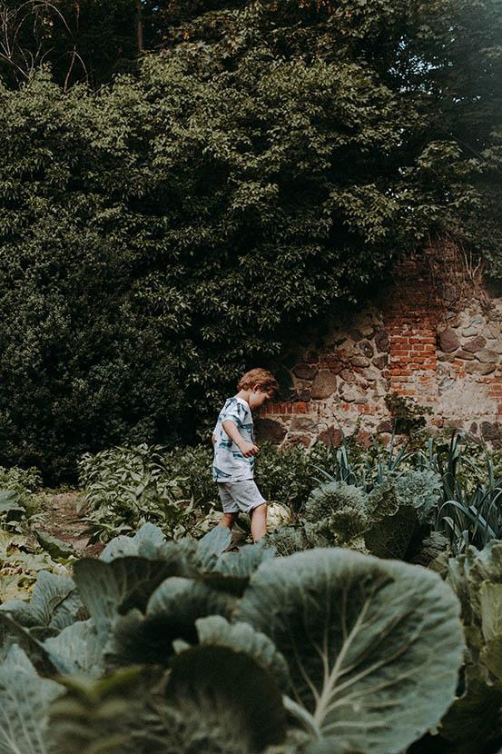 sesja rodzinna w ogródku