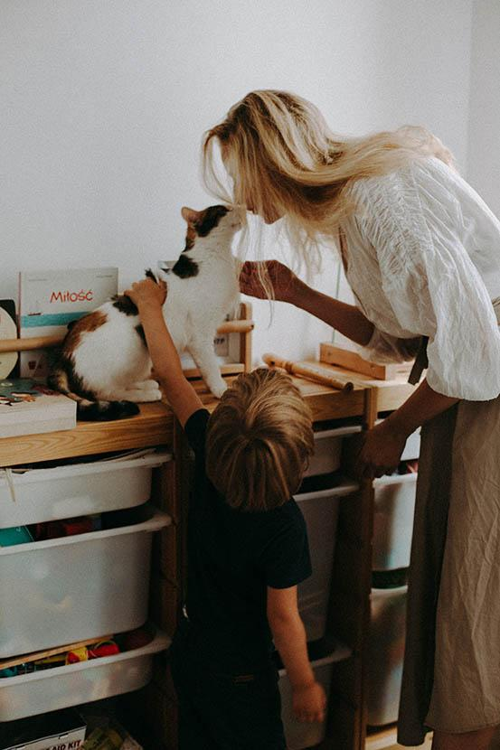 przepiękna sesja rodzinna matki z synkiem i kotkiem